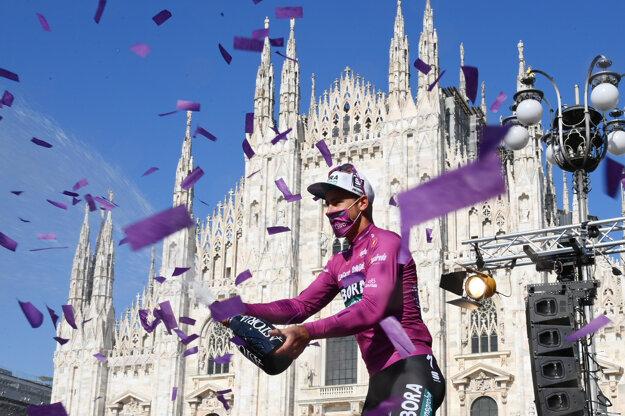 Slovák Peter Sagan kropí šampanské z pódia po záverečnej etape cyklistických pretekov Giro d'Italia, sólový zážitok z 30,3 km zo Senaga do talianskeho Milána 30. mája 2021.