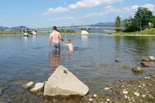 People enjoy a hot day in the Žilina water dam.