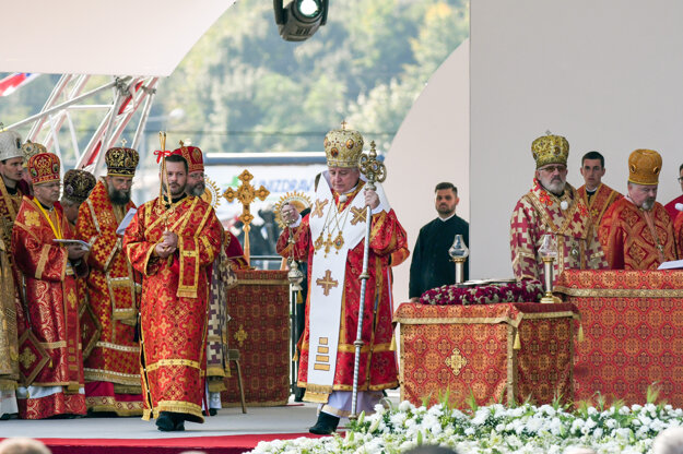 Prešov Greek-Catholic Archeparch Ján Bebjak (centre) was infected with Covid during the visit of Pope Francis.