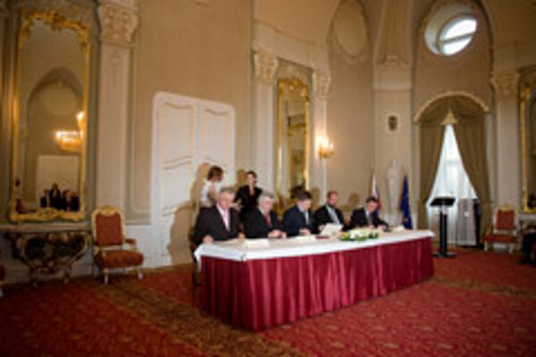 Businesses, unions and towns have pledged to be euro-friendly.