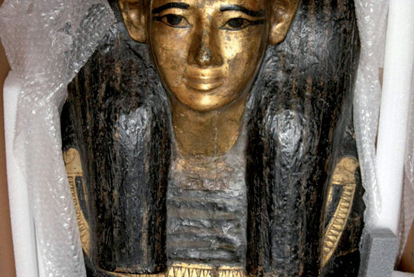 The gilded coffin with the mummy of Kenamon.