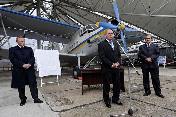 Ex-president Rudolf Schuster (left) attended the unveiling ceremon.