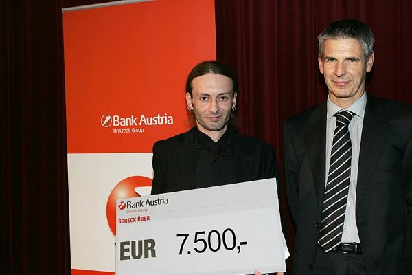 Agda Bavi Pain receiving the award.