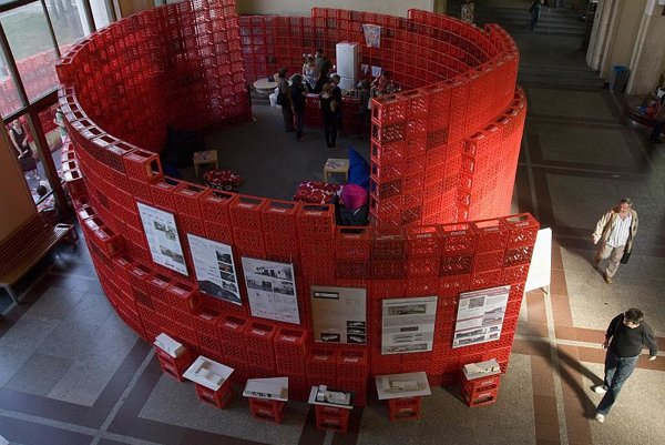 The temporary tea house , built from red crates, provided a refuge and an intimate atmosphere for discussion.