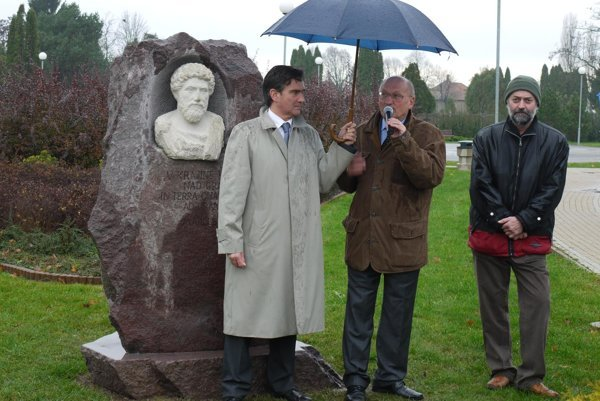 Ambassador Roberto Martini, Stanislav Vallo and Štefan Svítek (from left) unveil the bust of Marcus Aurelius in Šarovce.