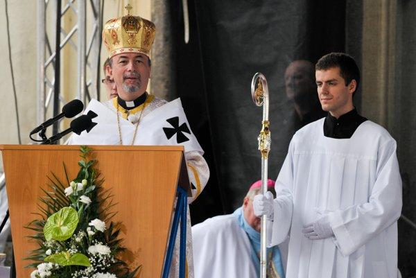 Archbishop Cyril Vasiľ (l)