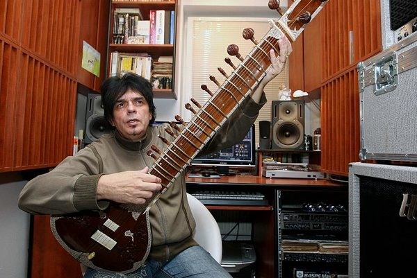 Laco Lučenič, air guitar judge.