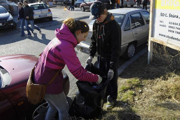Students removing trash from the Mlynská dolina area of Bratislava