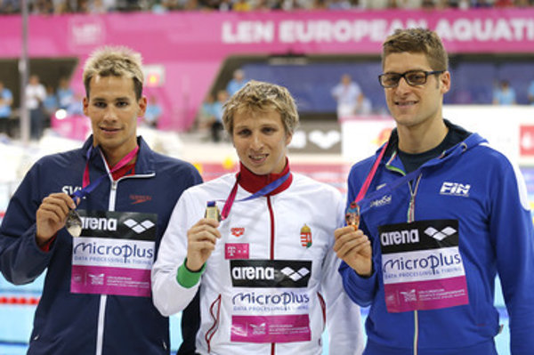 Winner David Verraszto of Hungary (C), Richard Nagy of Slovakia, placed second, (L) and Federico Turrini of Italy, placed third, pose with their medals after the men's 400m medley final at the European Aquatics Swimming Championships in London.