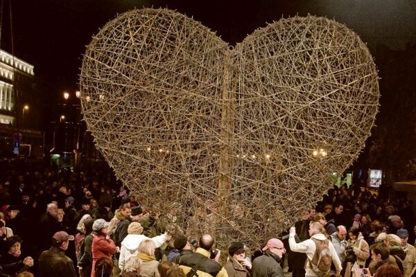 Heart of barbed wire displayed at the 20th anniversary.