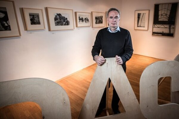 Aurel Hrabušický lectures on the Light on the Edge exhibition.