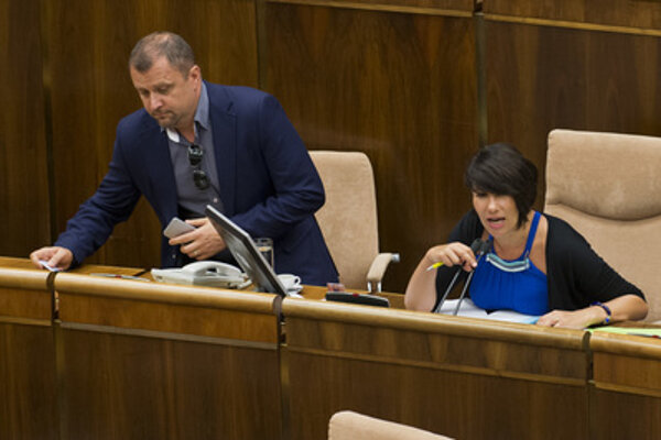 Deputy speakers Hrnčiar (L) and Ďuriš Nicholsonová argue over who shall preside over the parliamentary session on July 7.