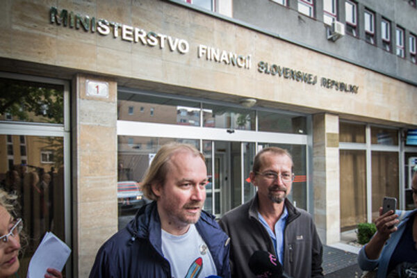 Crmomna and Kočan in front of the Finance Ministry.