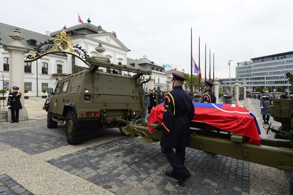 Funerl procession of Michal Kováč arrives at the Presidential Palace.