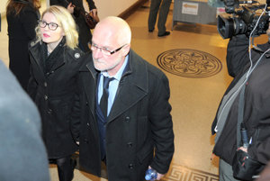 Jozef K. arrives with his wife to court.
