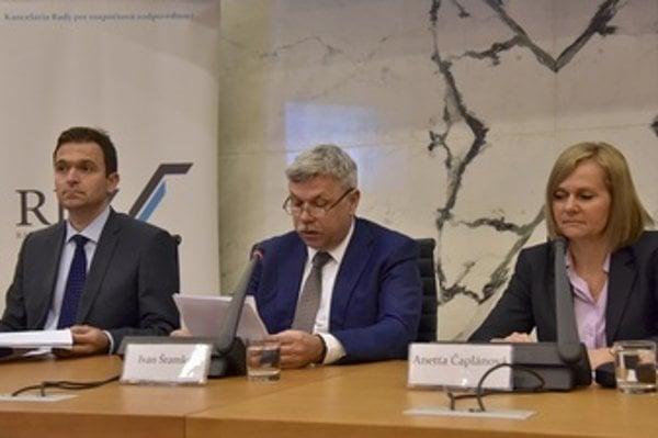 Members of the Budegtary Responsibility Council (RRZ) L-R: Ľudovít Ódor, its chair Ivan Šramko, and Anetta Čaplánová.