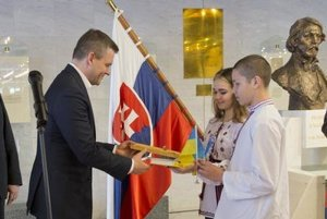 Ukrainian children give a gift to Speaker Peter Pellegrini...