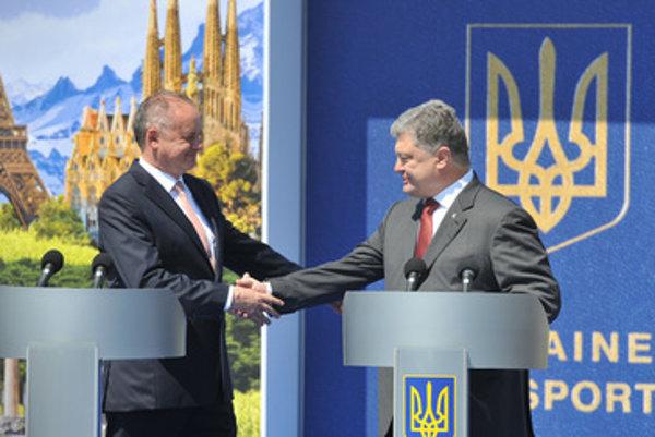 L-R: Slovak president Andrej Kiska with his Ukrainian counterpart on Vyšné Nemecké-Uzhhorod crossing, June 10.
