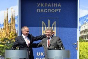 L-R: Slovak President Andrej Kiska and his Ukrainian counterpart Petro Poroshenko, Vyšné Nemecké-Uzhhorod crossing, June 10.