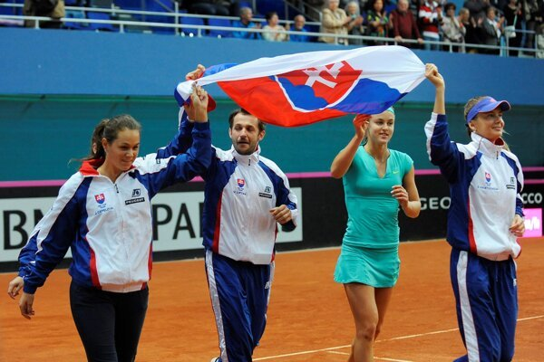 Jana Čepelová, Matej Lipták, Anna Karolína Schmiedlová and Daniela Hantuchová (from left) rejoice after beating Swedish tennis players.