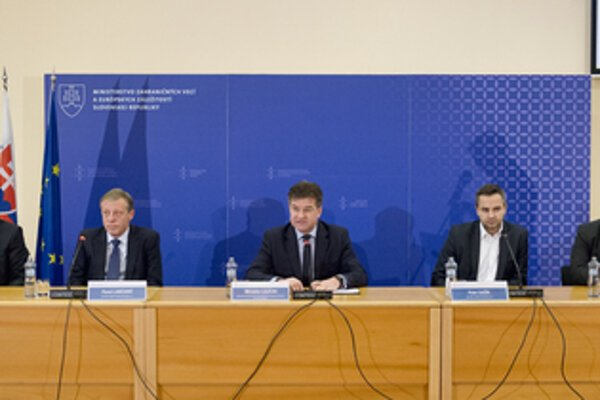 The press conference to announce emergency SMS for Slovaks abroad. Left to right Slovak Telekom CEO Miroslav Majoroš, Orange Slovensko CEO Pavol Lančarič, Foreign Minister Miroslav Lajčák, O2 Slovakia CEO Peter Gažík and SWAN CEO Miroslav Strečanský.