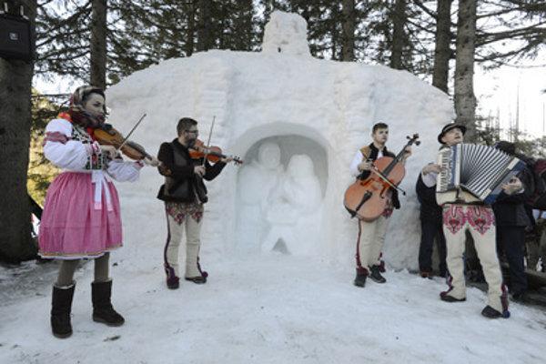 Folk music on Epiphany at the Nativity scene near Rainer chalet.