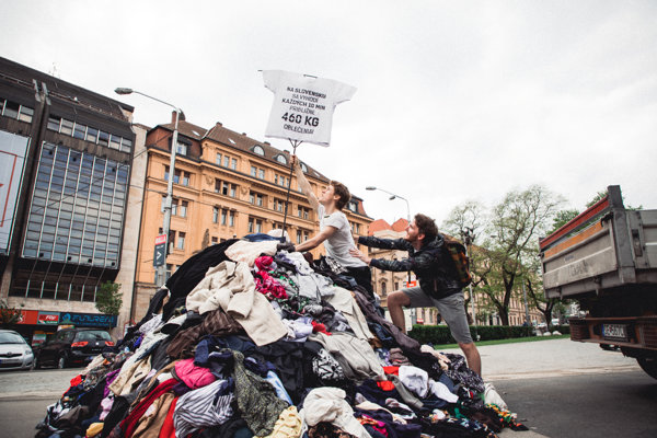 Slovaks throw away a pile of 460 kilograms of clothes every ten minutes.