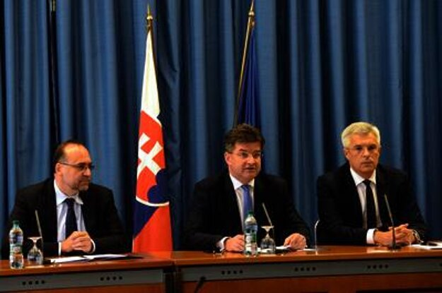 Javočík, Ljčák and Korčok (L-R) announcing the swapping.
