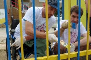 Volunteers painted a fence in the Free Time Centre Nižná Úvrať in Košice.