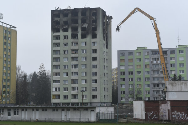 A special machine has started with removing the top floors of a building in Prešov damaged by the December 6 gas explosion.