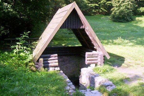 The well marked as Studnička II. Lom (Medáreň) has potable water.