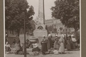 Women selling goods in front of the fountain of Queen Caroline Augusta.