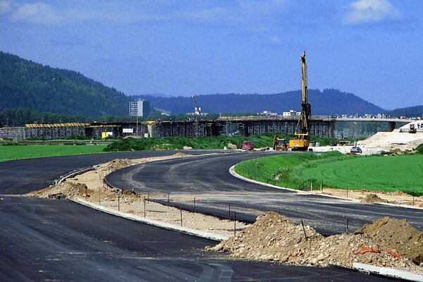 IInvestors prefer to use the previous standards when constructing freeways.