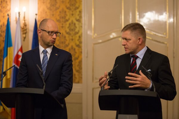 Ukrainian PM Arneiy Yatsenyuk (l) and his Slovak counterpart Robert Fico (r)