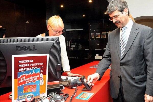Bratislava's mayor uses his new card.