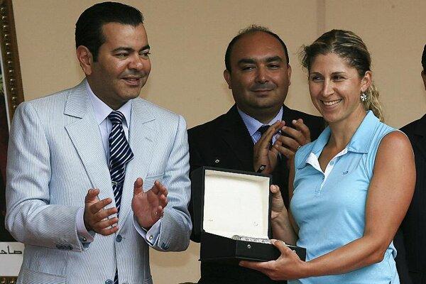 Golfer Zuzana Kamasová with her prize.