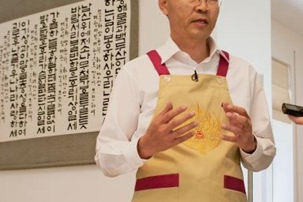 Korean Ambassador Sang-Hoon Park prepared traditional Korean meals kimchi, bulgogi and japchae.