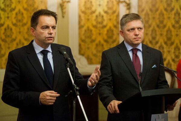 Finance Minister Peter Kažimír (l) and Prime Minister Robert Fico