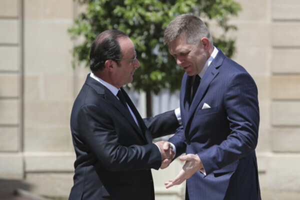 Prime ministers: French Francois Hollande (L) and Slovak Robert Fico.