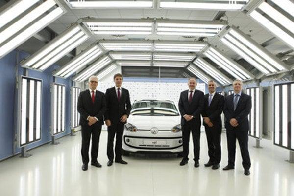 Chair of VW Slovakia board Reimold (2R) with (L-R) VW SK board member Eric Reuting, Bratislava Mayor Ivo Nesrovnal, Slovak President Andrej Kiska, and VW SK board member Jens Kellerbach in the Bratislava plant.
