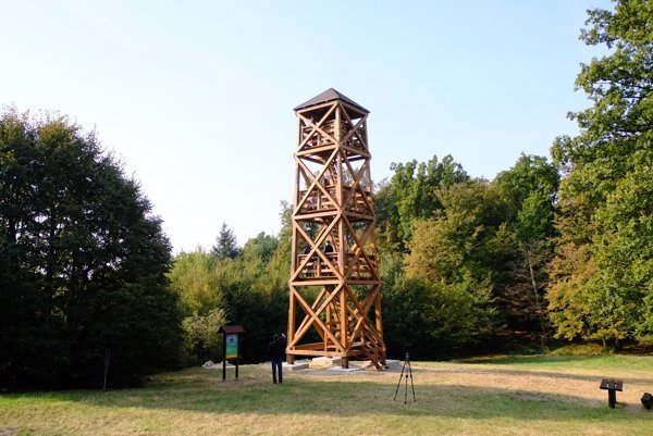 The lookout tower at American Square below Kamzík.
