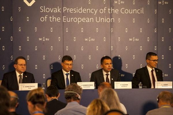 L-R:  Vice-president of ECB Viktor Constancio, Vice-president of the European Commisison Valdis Dombrovskis, Slovak Finance Minister Peter Kažimír and state secretary Ivan Lesay after the ECOFIN conference.