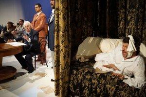 Tjose bereft are closely watching the Last Will ceremony (L-R Denisa Šlepkovská-Zita, Martin Malachovský, Mikuláš Doboš-amanito di Nicolao, Martin Smolnický-Guccio, Gustáv Beláček-Gianni Schicchi).