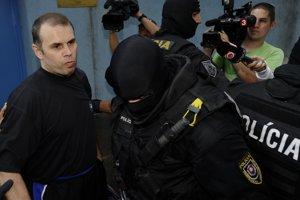 Volodymyr Yegorov with police on July 27, 2011 in Bratislava.  Čítajte viac: https://domov.sme.sk/c/20559262/na-ukrajine-zatkli-bossa-yegorova-na-slovensku-obzalovaneho-z-piatich-vrazd.html#ixzz4k47ek7wE