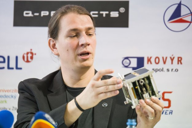 Jakub Kapuš with the skCUBE satellite.