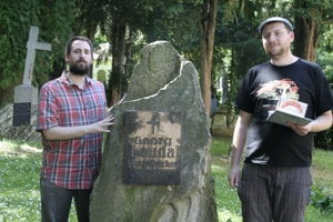 Ján Vyhnánek, left, with Sándor Papp at the grave of Georg Lauda, one of the most known bakers of Bratislava rolls.