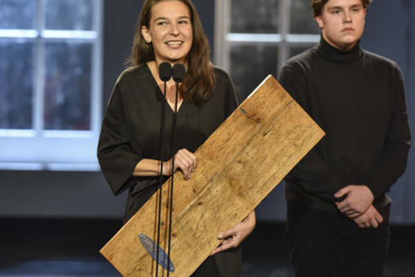 Lucia Korená (L) receives the Dosky 2017 award for the Best Actress, October 15.