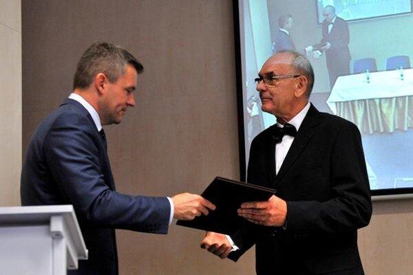 Karol Mitrík (R) takes over as NKÚ head from the hands of Parliamentary Speaker Peter Pellegrini