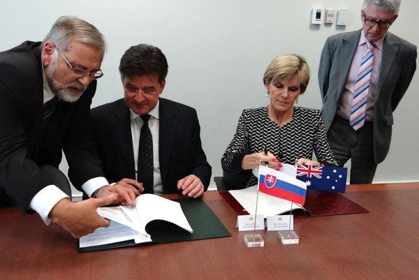 Miroslav Lajčák (second Left) and Julia Bishop signing the agreement