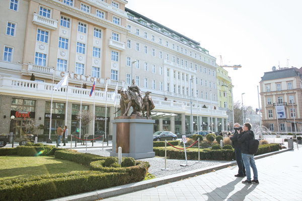 The statue of Maria Theresa was installed in front of the Hotel Carlton for a short period of time.
